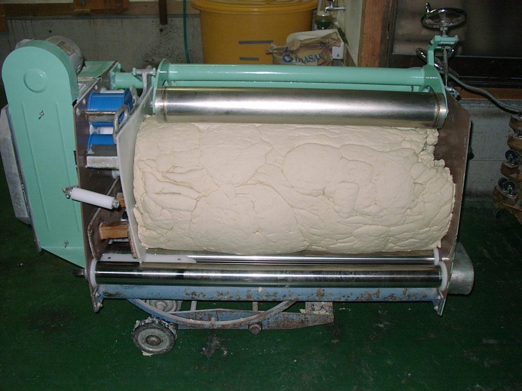島原手延素麺協同組合_ローラの上で回転し、自重で加圧されます。