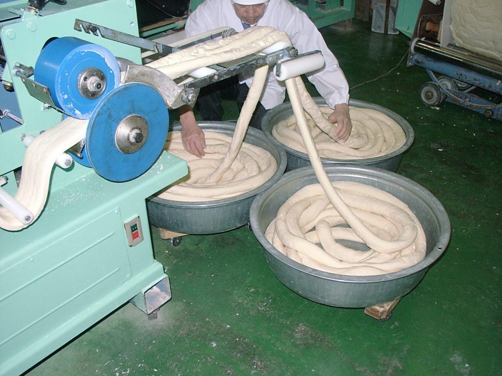 島原手延素麺協同組合_更に丸く成型して麺の状態を整えます
