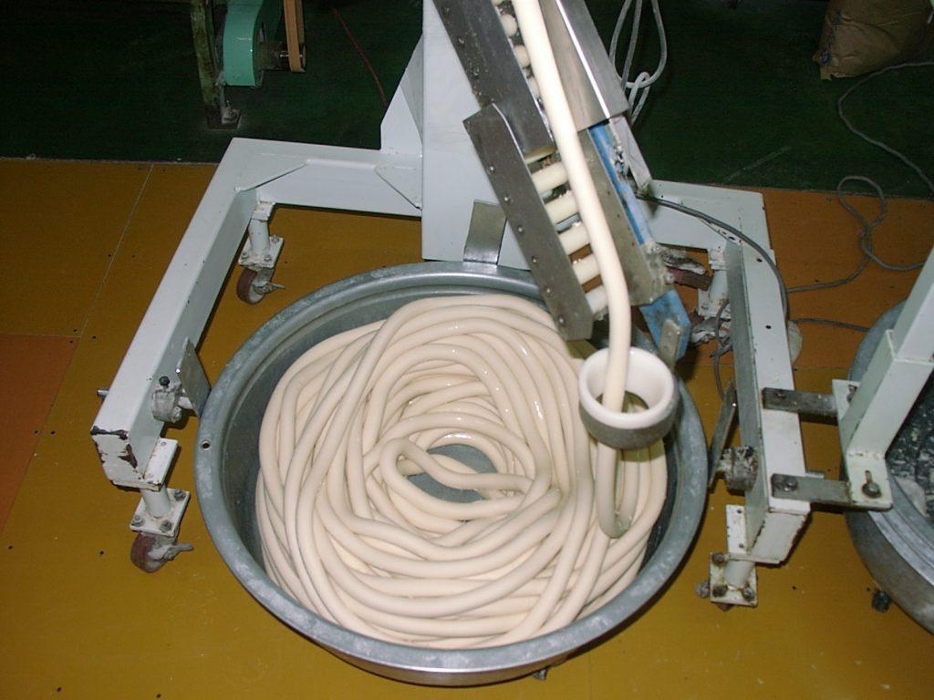 島原手延素麺協同組合_麺生地~麺帯~そうめんの原型が出来上がります
